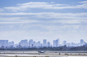 霞むビル街を望む伊丹空港風景の写真素材 [FYI04610472]