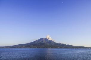 青い空と海と桜島の写真素材 [FYI04610480]