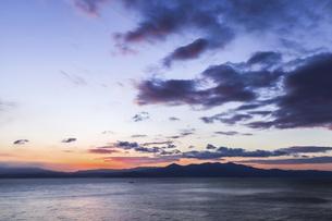 朝焼けを見る錦江湾の写真素材 [FYI04610492]