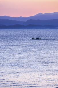 朝焼けを見る錦江湾の写真素材 [FYI04610494]