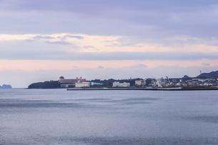 錦江湾越しに指宿温泉街を望むの写真素材 [FYI04610496]