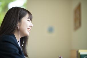 オンライン学習を受ける女子学生の写真素材 [FYI04610595]