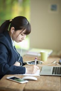 オンライン学習を受ける女子学生の写真素材 [FYI04610602]