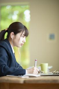 オンライン学習を受ける女子学生の写真素材 [FYI04610603]