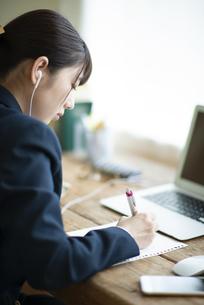 オンライン学習を受ける女子学生の写真素材 [FYI04610607]