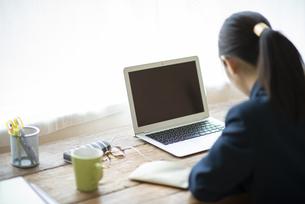 オンライン学習を受ける女子学生の写真素材 [FYI04610610]