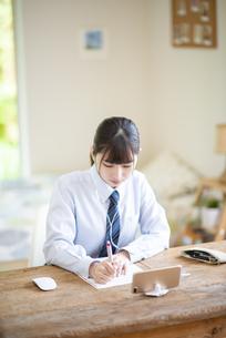 オンライン学習を受ける女子学生の写真素材 [FYI04610626]