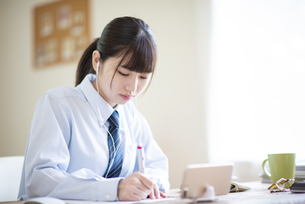 オンライン学習を受ける女子学生の写真素材 [FYI04610627]