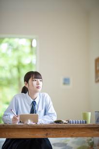 オンライン学習を受ける女子学生の写真素材 [FYI04610631]