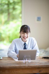 オンライン学習を受ける女子学生の写真素材 [FYI04610634]