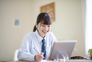オンライン学習を受ける女子学生の写真素材 [FYI04610636]