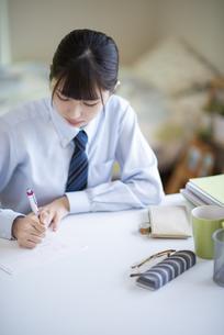 家庭学習をする女子学生の写真素材 [FYI04610641]