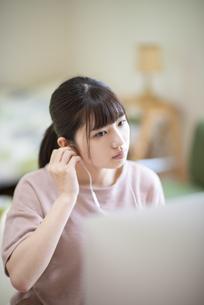 オンライン学習をする女子の写真素材 [FYI04610676]