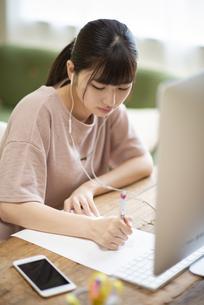 オンライン学習をする女子の写真素材 [FYI04610679]