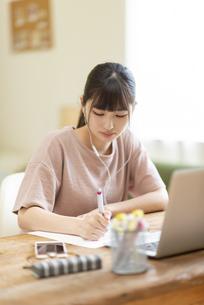 オンライン学習をする女子の写真素材 [FYI04610686]