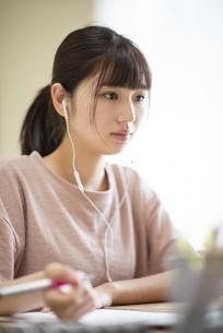 オンライン学習をする女子の写真素材 [FYI04610687]