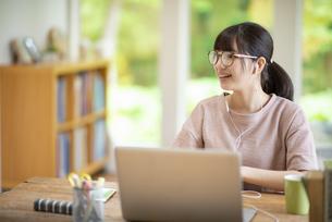 オンライン学習をする女子の写真素材 [FYI04610694]
