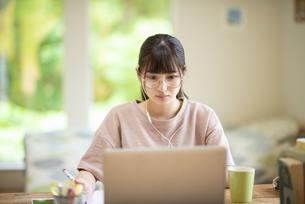 オンライン学習をする女子の写真素材 [FYI04610704]
