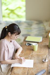 オンライン学習をする女子の写真素材 [FYI04610714]