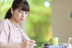 オンライン学習をする女子の写真素材 [FYI04610716]