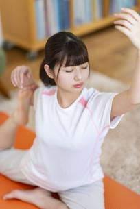ヨガをする女子の写真素材 [FYI04610742]