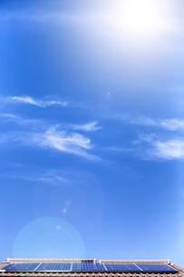 ソーラーパネルと太陽光の写真素材 [FYI04610941]