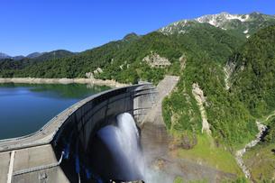 黒部ダムの放水 背景に日本100名山の立山 日本百名山の写真素材 [FYI04610972]