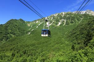 黒部 黒部平から眺める立山ロープウェイと背景に日本100名山の立山 日本百名山 黒部立山アルペンルートの写真素材 [FYI04611029]