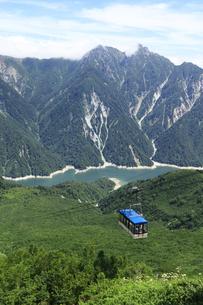 立山ロープウェイと背景に黒部湖と針ノ木岳 黒部立山アルペンルートの写真素材 [FYI04611043]