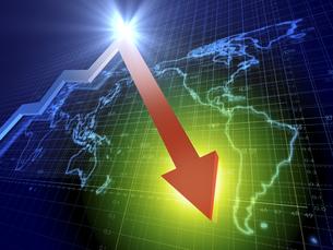 世界経済のマイナス傾向を示す矢印のイラスト素材 [FYI04611075]