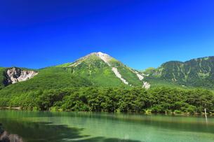 夏の上高地 大正池と焼岳の写真素材 [FYI04611083]