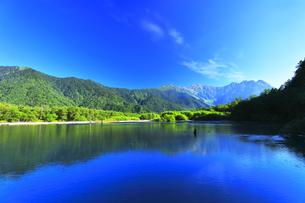 夏の上高地 大正池と穂高連峰の写真素材 [FYI04611084]