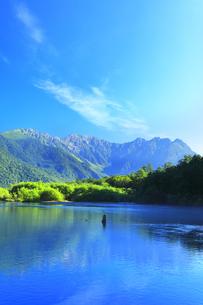 夏の上高地 大正池と穂高連峰の写真素材 [FYI04611085]
