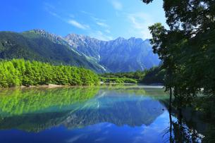 夏の上高地 穂高連峰と大正池に靄の写真素材 [FYI04611087]