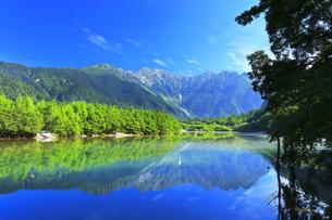 夏の上高地 穂高連峰と大正池に靄の写真素材 [FYI04611089]