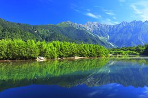 夏の上高地 大正池と穂高連峰の写真素材 [FYI04611090]