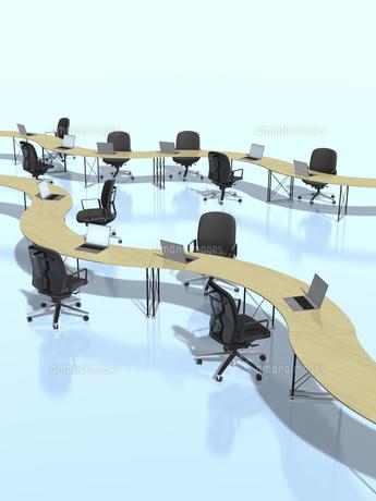 カーブを描いて繋がるテーブルのビジネス環境のイラスト素材 [FYI04611158]