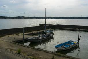 夕暮れ時の小さな漁港の写真素材 [FYI04611184]