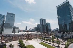 晴天の東京駅と丸の内の景観の写真素材 [FYI04611273]