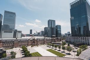 晴天の東京駅と丸の内の景観の写真素材 [FYI04611274]