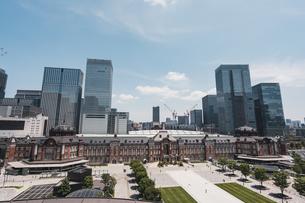 晴天の東京駅と丸の内の景観の写真素材 [FYI04611275]