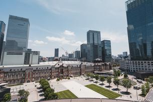 晴天の東京駅と丸の内の景観の写真素材 [FYI04611276]