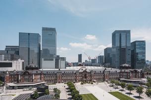 晴天の東京駅と丸の内の景観の写真素材 [FYI04611277]