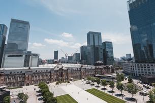 晴天の東京駅と丸の内の景観の写真素材 [FYI04611278]