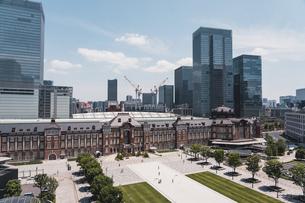 晴天の東京駅と丸の内の景観の写真素材 [FYI04611279]