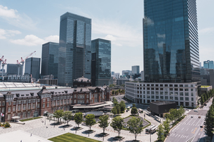 晴天の東京駅と丸の内の景観の写真素材 [FYI04611280]