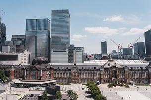 晴天の東京駅と丸の内の景観の写真素材 [FYI04611281]