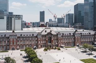 晴天の東京駅と丸の内の景観の写真素材 [FYI04611282]