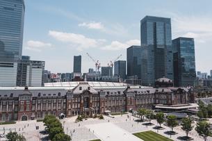 晴天の東京駅と丸の内の景観の写真素材 [FYI04611283]