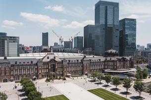 晴天の東京駅と丸の内の景観の写真素材 [FYI04611284]